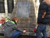 Wolontariusze Kopernika sprzątają groby._2
