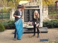 Wolontariusze Kopernika sprzątają groby._3