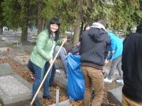 Wolontariusze Kopernika sprzątają groby._8
